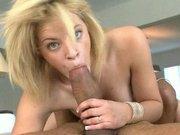Salope blonde Ally Ann d�fonc�e par une grosse bite