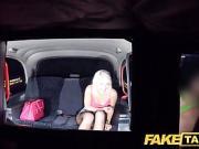 Baise hardcore d'une blonde naïve à l'arrière d'un taxi