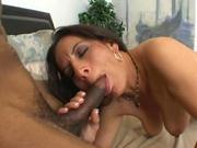 Maman salope Melissa Monet suce son amant black