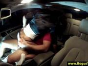 Couple amateur baise dans une voiture de location