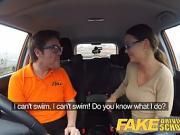Une femme chaude baise avec son moniteur d'auto école