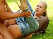 Milf blonde en rut se tape la bite du jardinier