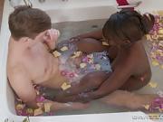 Osa Lovely baise avec un jeune dans la salle de bain
