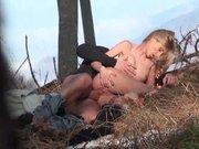 Il filme une couple qui baise dans les bois