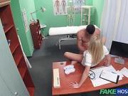 Une infirmière blonde très chaude vidange des couilles