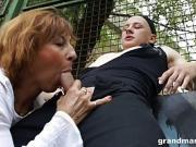 Mature assoiffée baisée en public par un jeune bien...