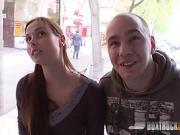 Un couple baise devant une caméra pour la première fois