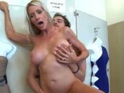 Maman blonde baisée dans un magasin