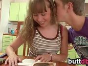 Jeune étudiante enculée sur un tabouret de cuisine