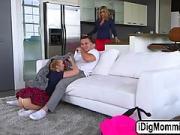 Un mec baise sa copine puis sa mère dans le salon