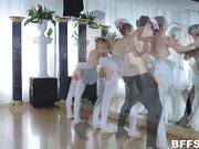 Le prof de danse sautent trois jeunes éléves en chaleur