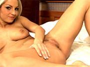 Jolie blondasse Vendula Bednarova se tripote sur son...
