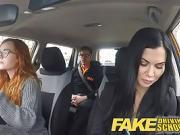 Baise en trio dans une voiture avec une jeune rousse