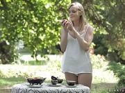 Sublimle blonde infidèle baisée dans le jardin par le...